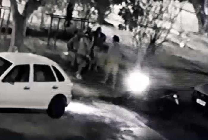 Bandidos em moto abordam v�timas em pra�a de Sulacap