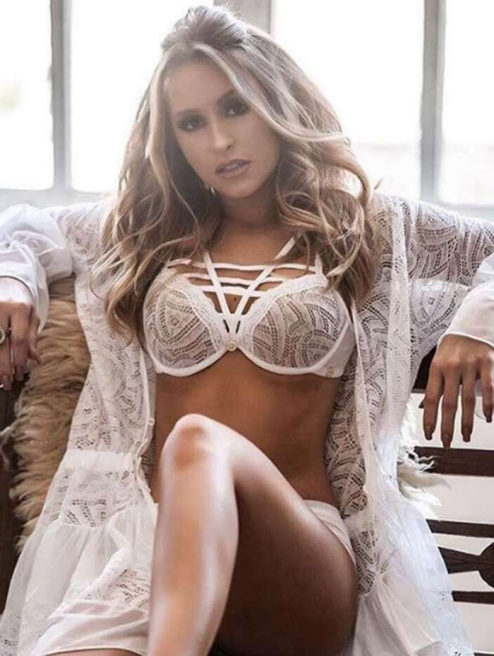 Carla Diaz posa de lingerie