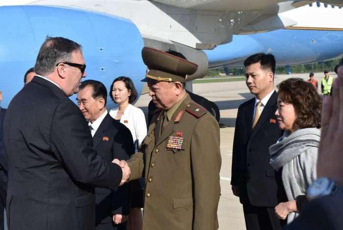 O secret�rio de Estado dos EUA, Mike Pompeo, cumprimenta um general norte-coreano no aeroporto de Pyonyang, na Cor�ia do Norte