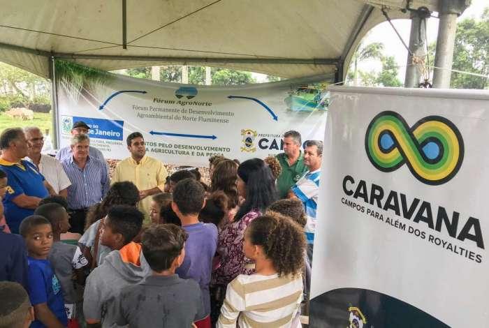 O prefeito Rafael Diniz apresenta o programa Tomatec e ajuda na planta��o de mudas da fruta