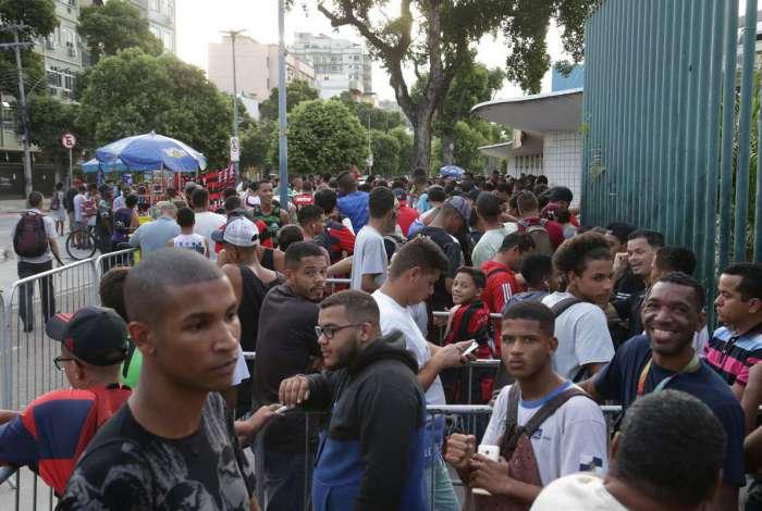 Torcedores do Flamengo fazem fila por ingresso para o jogo de hoje