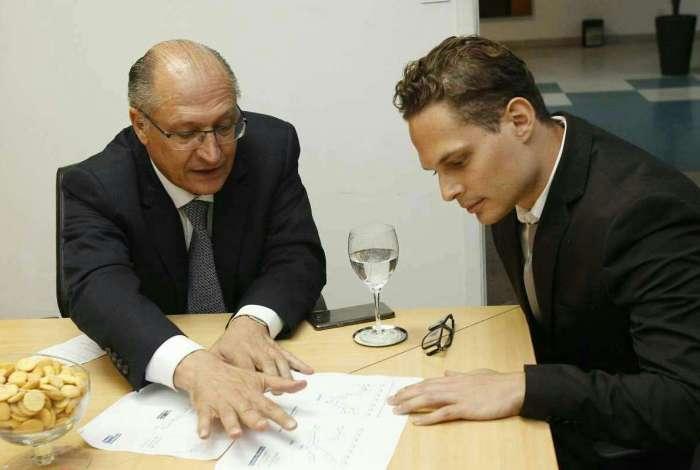 Candidato do PSDB � Presid�ncia, Geraldo Alckmin conversa com o colunista Paulo Cappelli, na sede do jornal O DIA