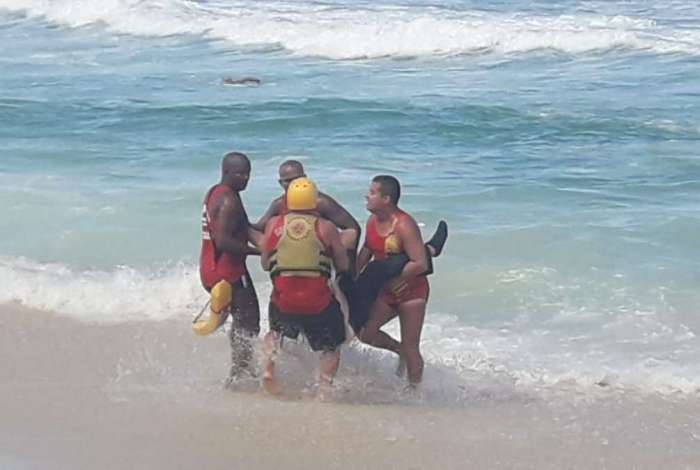 Bombeiros fazem resgate de vítimas de queda de helicóptero na praia da Barra