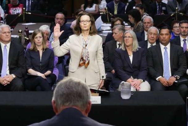Gina Haspel é juramentada antes de testemunhar perante o Comitê de Inteligência do Senado sobre sua nomeação para ser a próxima diretora da CIA
