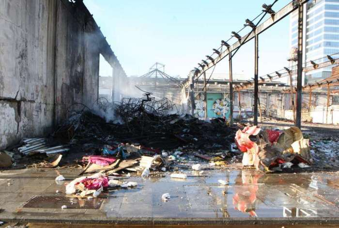 Inc�ndio atinge galp�o de Escolas de Samba na Zona Portu�ria.