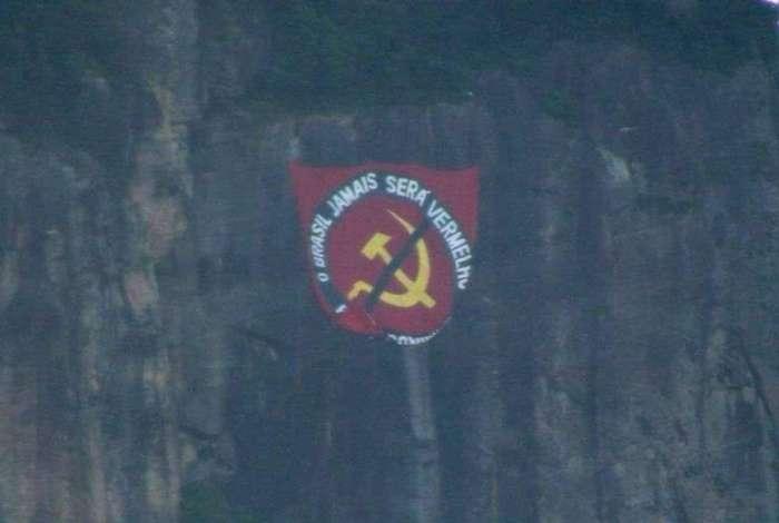 Bandeira anticomunismo foi colocada no Corcovado