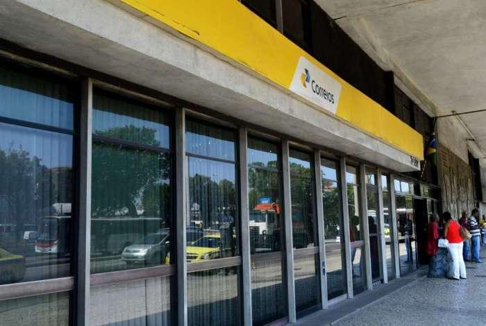 Os Correios informam que 'toda a logística brasileira' sofre prejuízos em decorrência da paralisação dos caminhoneiros, iniciada segunda-feira