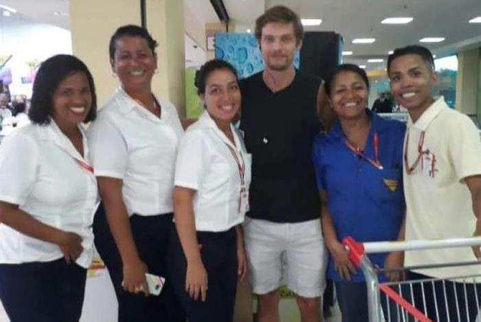 Pierre Baitelli fez a festa  com as funcionárias do Supermercados Guanabara da Barra da Tijuca