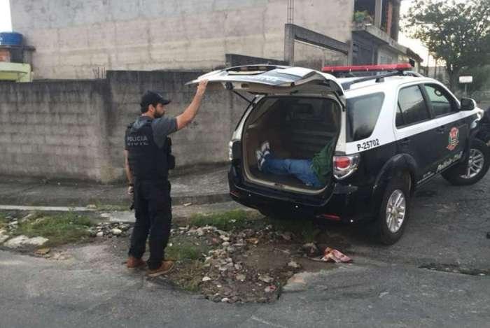 Nas primeiras horas da manh� eram cumpridos quatro mandados de pris�o na capital e cidades da regi�o metropolitana de S�o Paulo