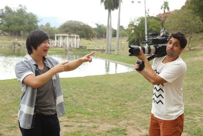 Gabriel Louchard brinca de filmar Pyong Lee no 'Truque de Humor'