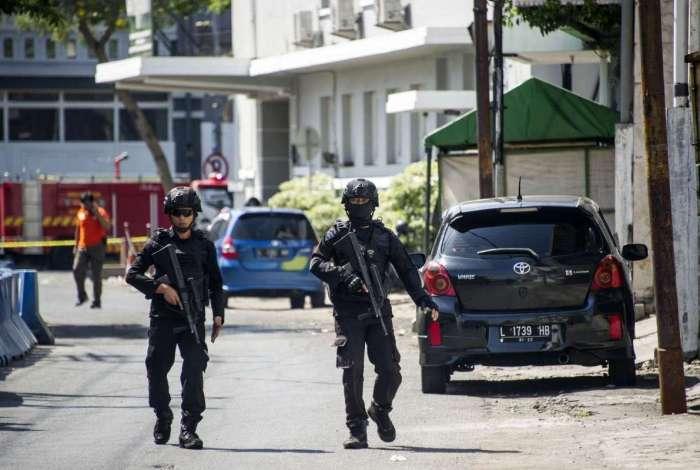 Pol�cia patrulha o entorno da sede da pol�cia de Surabaya ap�s um ataque suicida