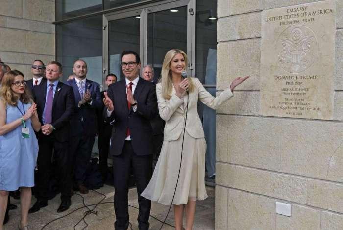 O secretário do Tesouro dos EUA, Steve Mnuchin, aplaude, enquanto a filha do presidente dos EUA, Ivanka Trump, mostra a placa de inauguração da embaixada dos EUA em Jerusalém