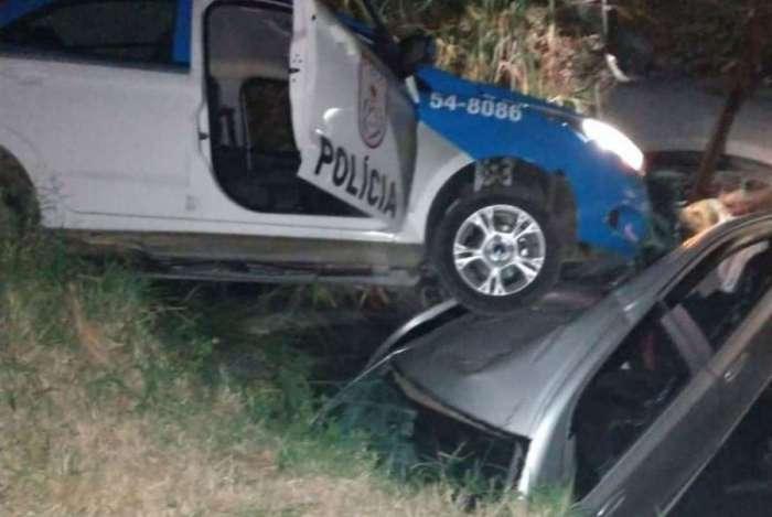 Viatura caiu em valão durante perseguição em Nova Iguaçu