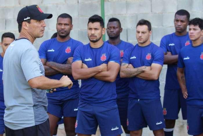 Z� Ricardo conversa com os jogadores: equipe sob press�o ap�s derrotas na Copa do Brasil e no Brasileiro