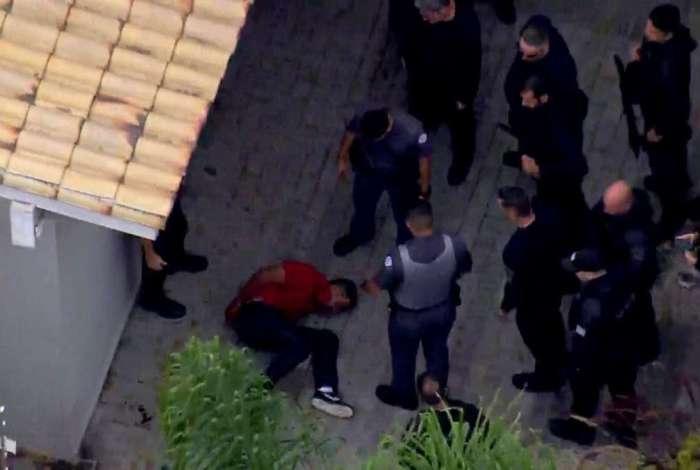 Policiais militares entraram no im�vel, no Morumbi, e prenderam criminosos