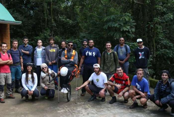 Amigos se preparam para auxiliar o cadeirante Gustavo Deister no Parque Nacional da Serra dos �rg�os, em Petr�polis