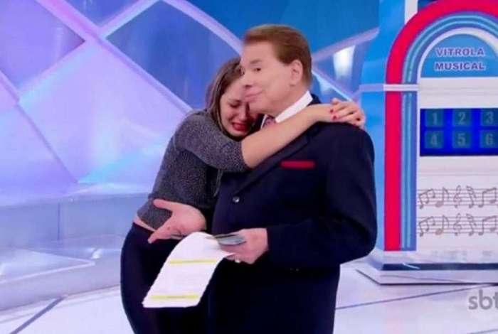 F� se emociona ao conhecer Silvio Santos, que tem a melhor rea��o