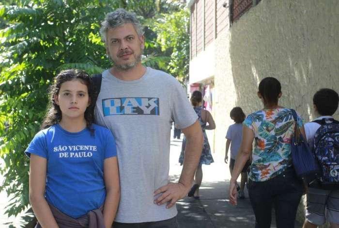 Eduardo Carlini, com sua filha na porta do col�gio, decidiu ir morar no Canad� devido � viol�ncia no Rio