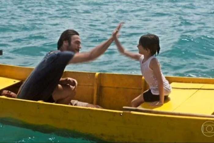 Homem aparece deitado em barco no primeiro cap�tulo de 'Segundo Sol'