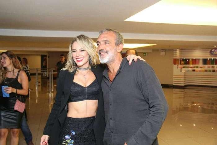 Paolla Oliveira veste look sexy em lançamento de filme 'Alguém como eu'