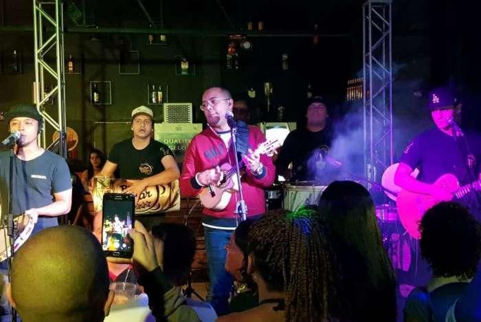 Dudu Nobre se apresentou com o grupo Brilho no Olhar no Esquina Carioca