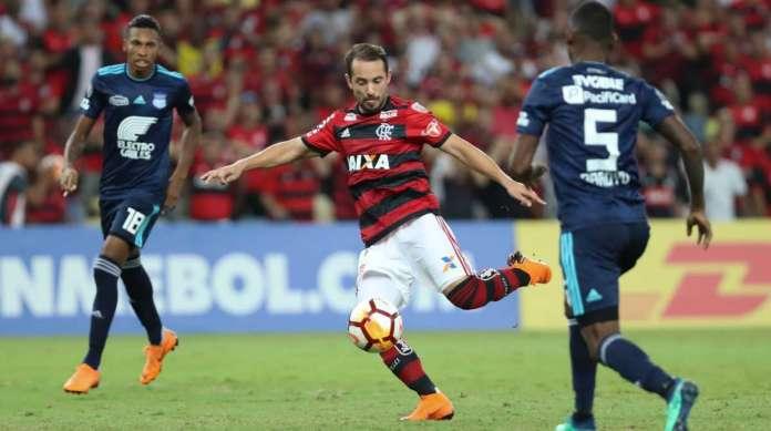 Miteiro! O meia Everton Ribeiro chuta forte no alto, � direita de Dreer, e abre o placar no Maracan�