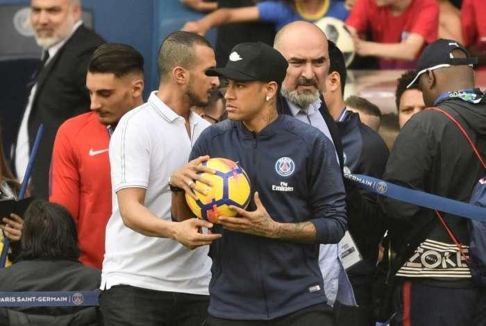 Neymar faz seu primeiro treino com bola no PSG após lesão