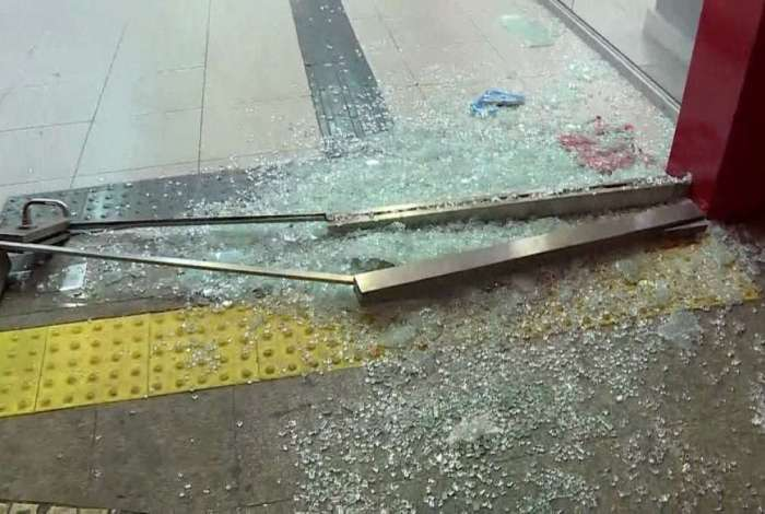 Porta de agência bancária no Centro foi quebrada nesta madrugada