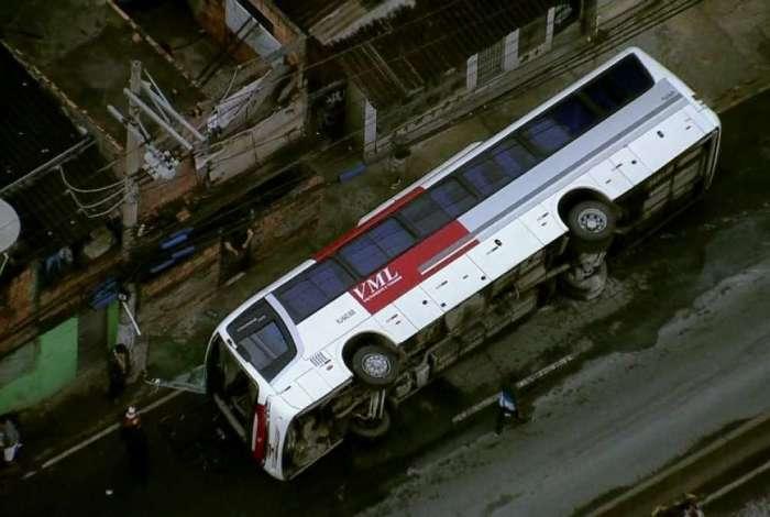 Ônibus tombou na Avenida Brasil