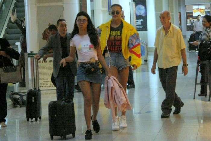 Pabllo Vittar embarca em aeroporto do Rio acompanhada por amiga