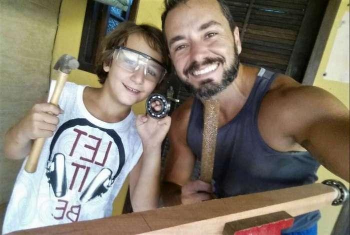 Caram e o filho Henrique, de 10 anos, constru�ram juntos um carrinho de rolim�