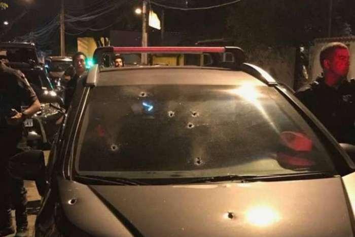 Delegado aposentado reagiu a assalto e trocou tiros com bandidos na Tijuca. Ele e uma mulher, que seria sua filha, foram baleados
