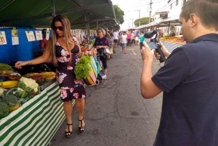 Solange Gomes na feira em São Paulo durante gravação para a RedeTV!