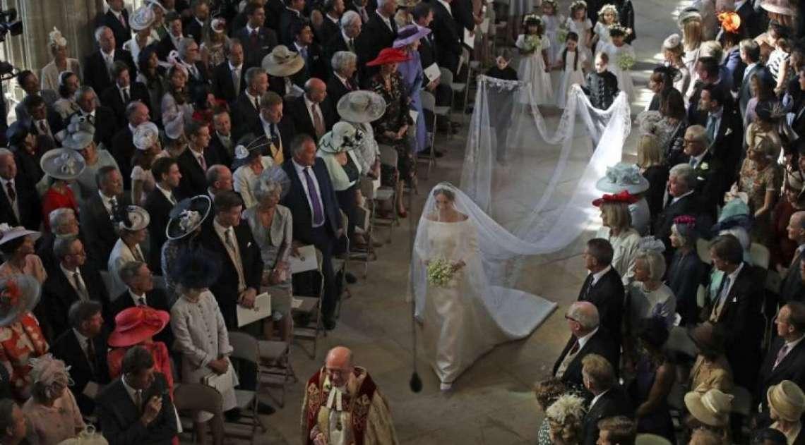 Meghan Markle entrando na igreja de S�o Jorge de Windsor
