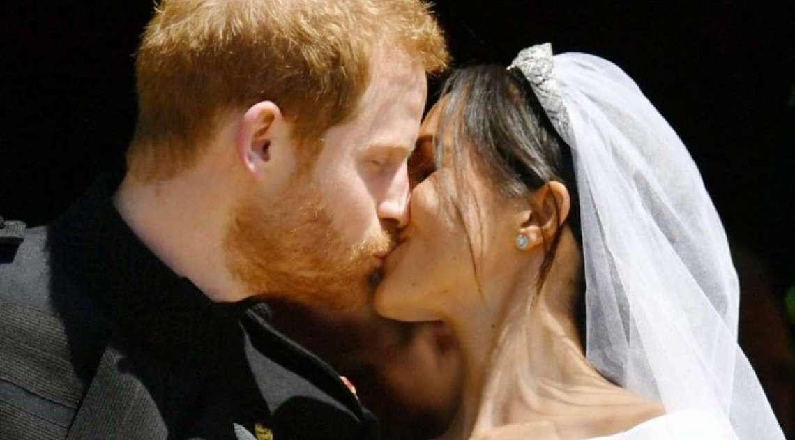 Pr�ncipe Harry e Meghan Markle se beijam ap�s deixarem igreja. Atriz agora � duquesa de Sussex
