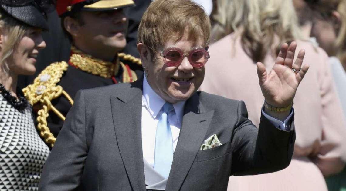 O cantor e compositor brit�nico Elton John acena ao sair depois de participar da cerim�nia de casamento do pr�ncipe Harry, duque de Sussex e da atriz norte-americana Meghan Markle