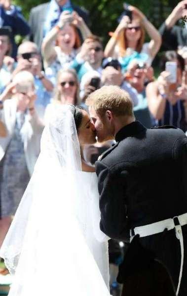 Pr�ncipe Harry da Inglaterra e Meghan Markle, agora duquesa de Sussex, se beijam ap�s deixarem a igreja