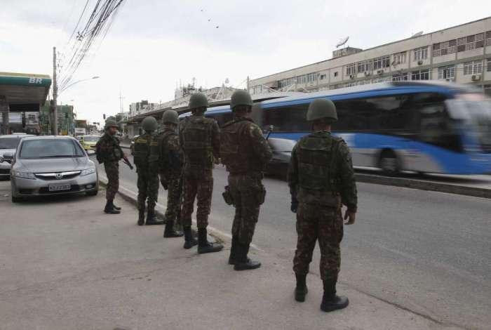 Militares das Forças Armadas em operação nas comunidades da região da Praça Seca na última semana