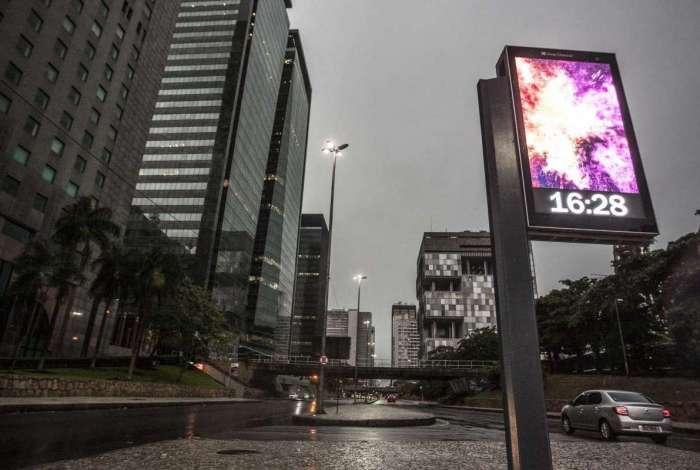 Final de tarde chuvoso e escuro no centro da cidade. Rj, 19 de maio.