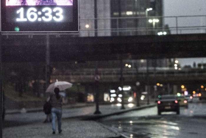 Final de tarde chuvoso e escuro no Centro