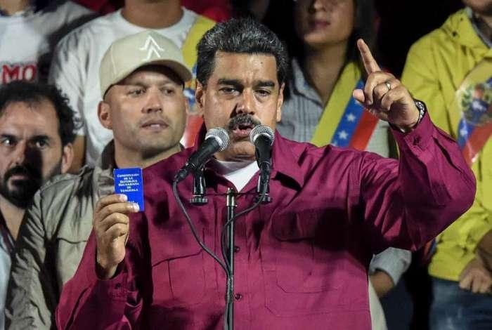 O presidente venezuelano Nicolas Maduro segura a Constitui��o durante discurso ap�s o Conselho Nacional Eleitoral anunciar os resultados das elei��es presidenciais