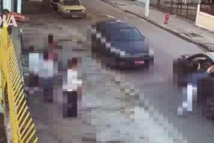 Bandidos dentro do carro obrigam mulheres a entregarem suas bolsas em Niter�i