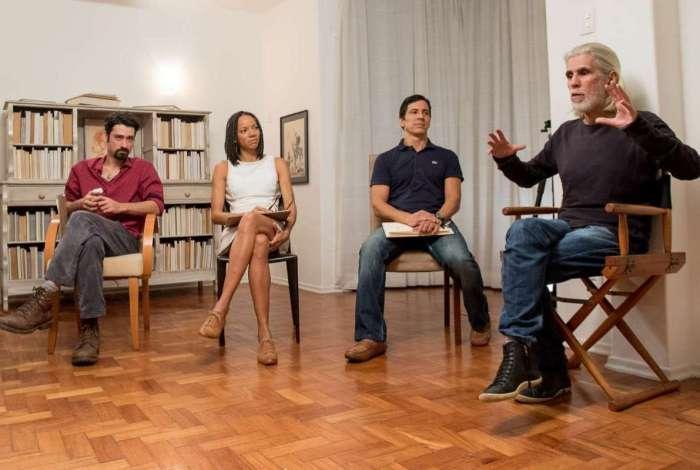 Oswaldo Montenegro (� direita) dirige atores, entre eles, Leonardo Bricio, na s�rie 'De Sonhos e Segredos'