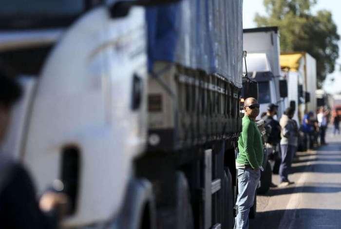 Caminhoneiros fazem protesto contra a alta no pre�o dos combust�veis na BR-040, pr�ximo a Bras�lia