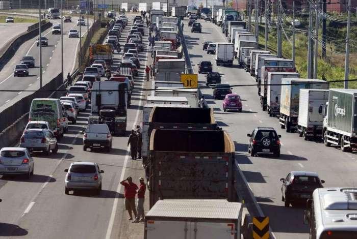 Caminhoneiros fazem paralização na BR 101, Niterói-Manilha, na altura de Itaboraí, no Rio de Janeiro