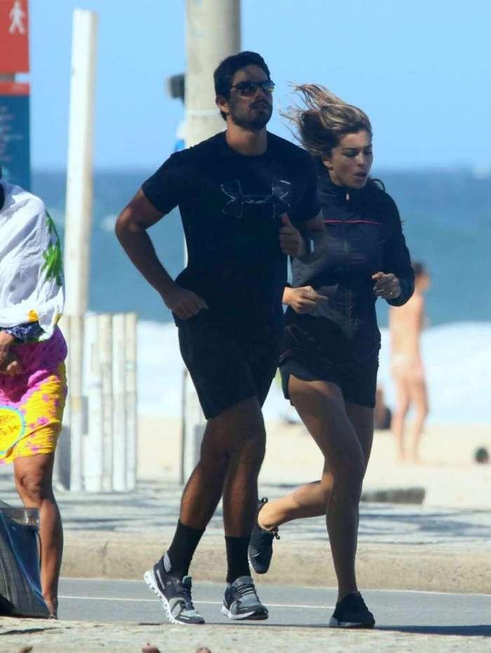 Grazi Massafera e o namorado, Patrick Bulus, correm na orla do Rio
