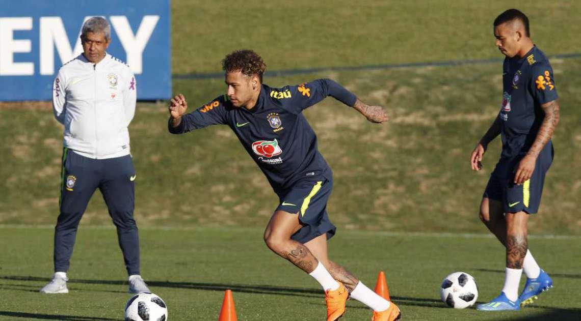 Recuperado de cirurgia no p� direito, Neymar fez seu primeiro trabalho no gramado em Teres�polis