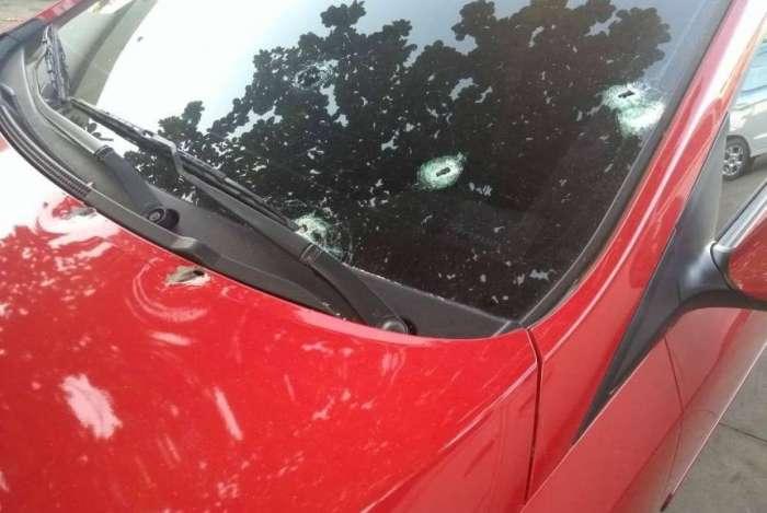 Carro de policial foi atingido durante tentativa de assalto