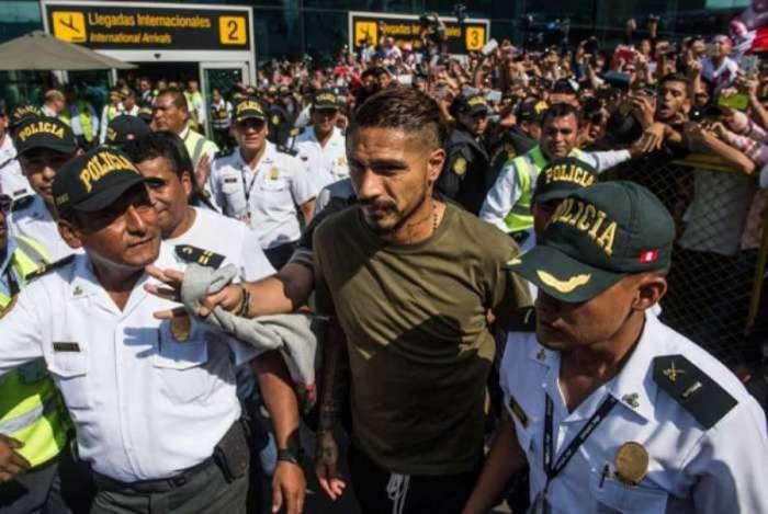 Guerrero e o presidente da Federa��o Peruana de Futebol se encontram com presidente da Fifa nesta ter�a