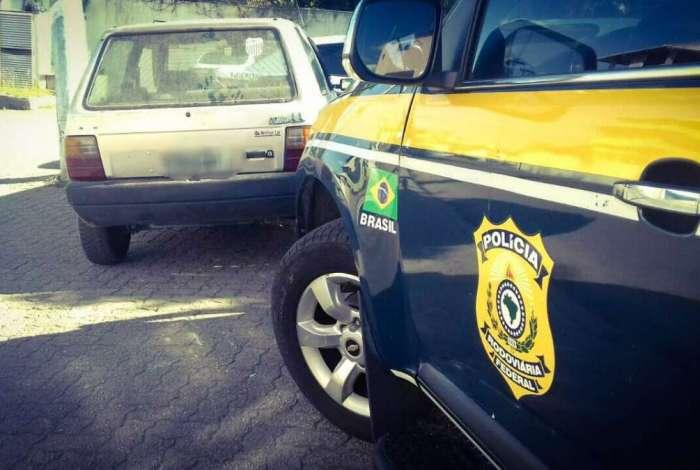 Carro roubado é recuperado pela PRF em Campos